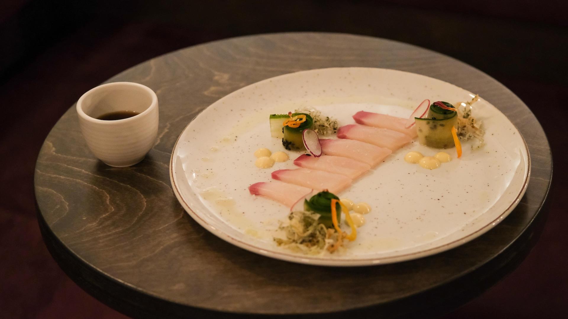 Sashimi de hamachi avec sa mayonnaise aux agrumes et pâte philo frite assaisonnée aux algues nori.