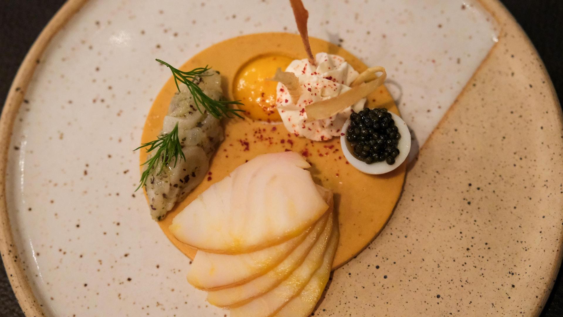 L'assiette d'esturgeon jaune du Saint-Laurent et oursin du Kamouraska du Laurie Raphaël. Accompagnement de légumes racines et caviar du lac St-Pierre.