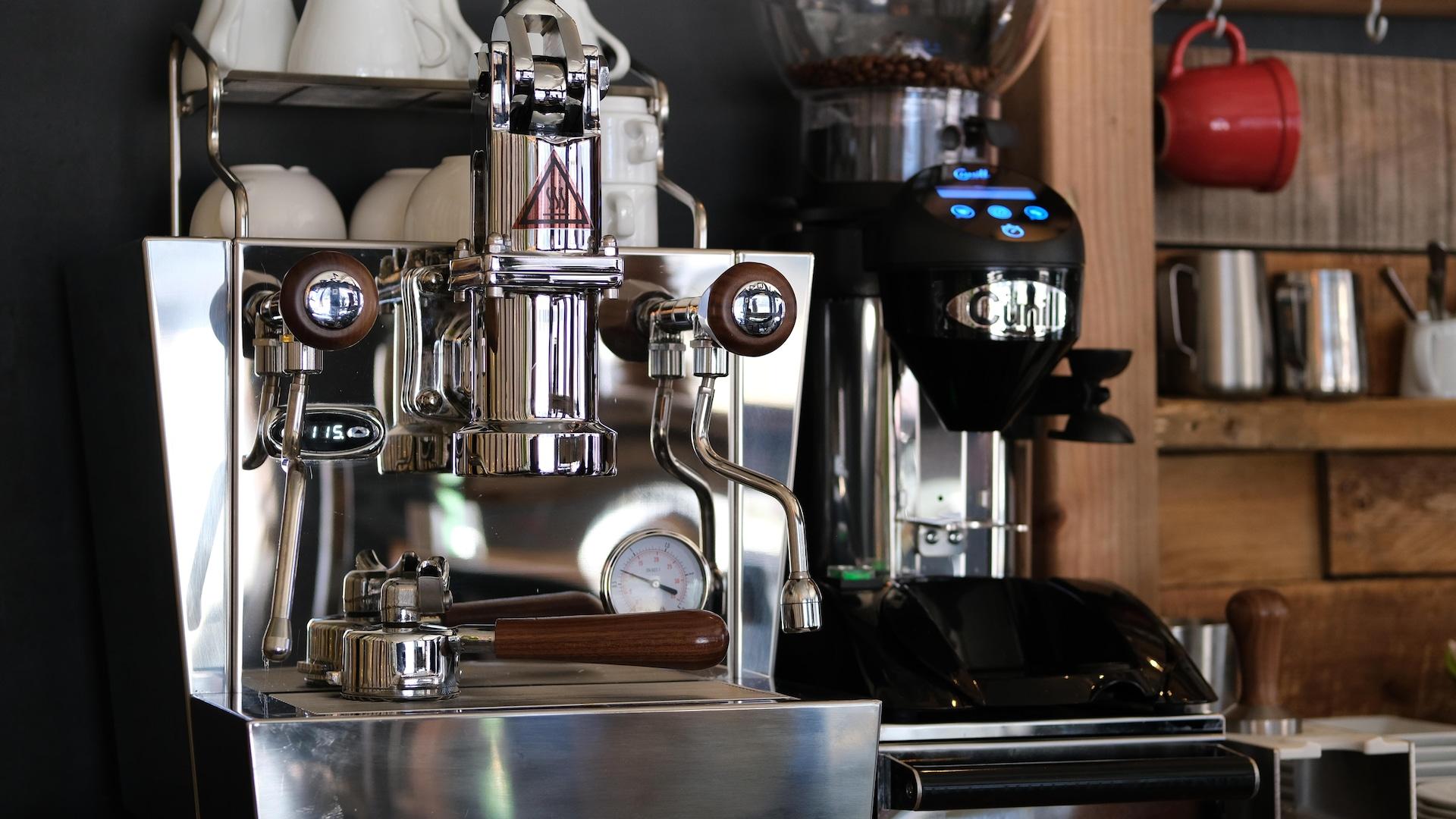 La machine à café de marque Izzo Valexia Leva permet aux propriétaires d'offrir un café de tradition napolitaine en plein cœur de Limoilou.