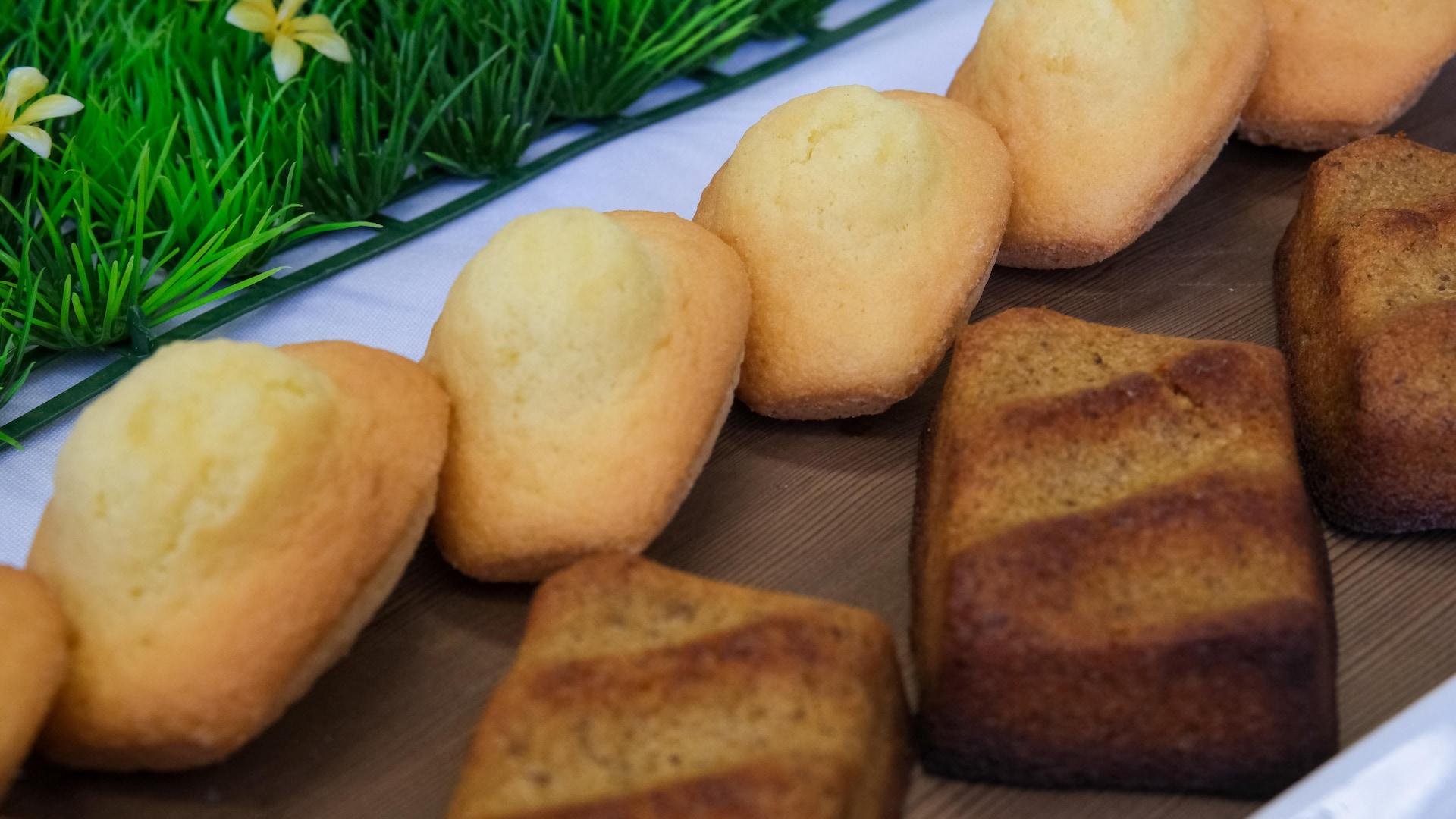 Des madeleines à la fleur de mélilot et financiers à l'argousier préparés par le chef pâtissier Olivier Tribut.
