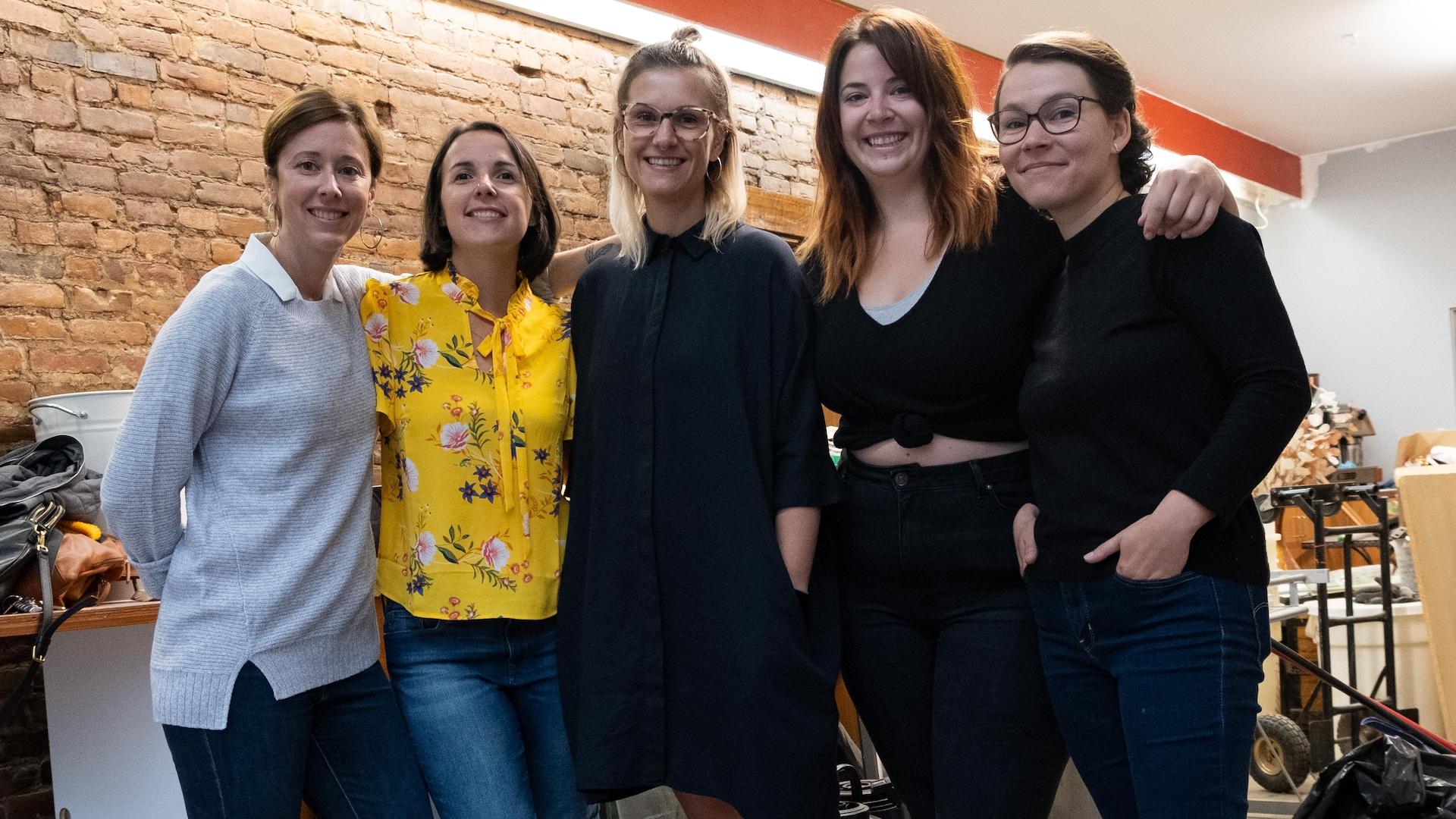 Cinq femmes une à côté de l'autre dans un restaurant
