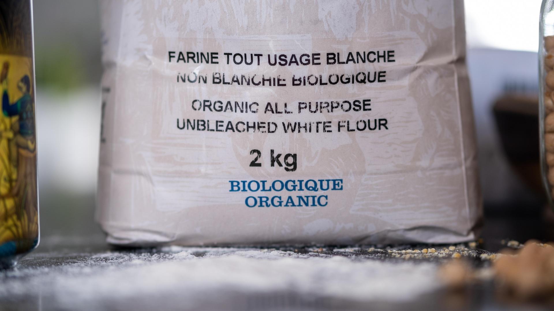 Un sac de farine blanche biologique