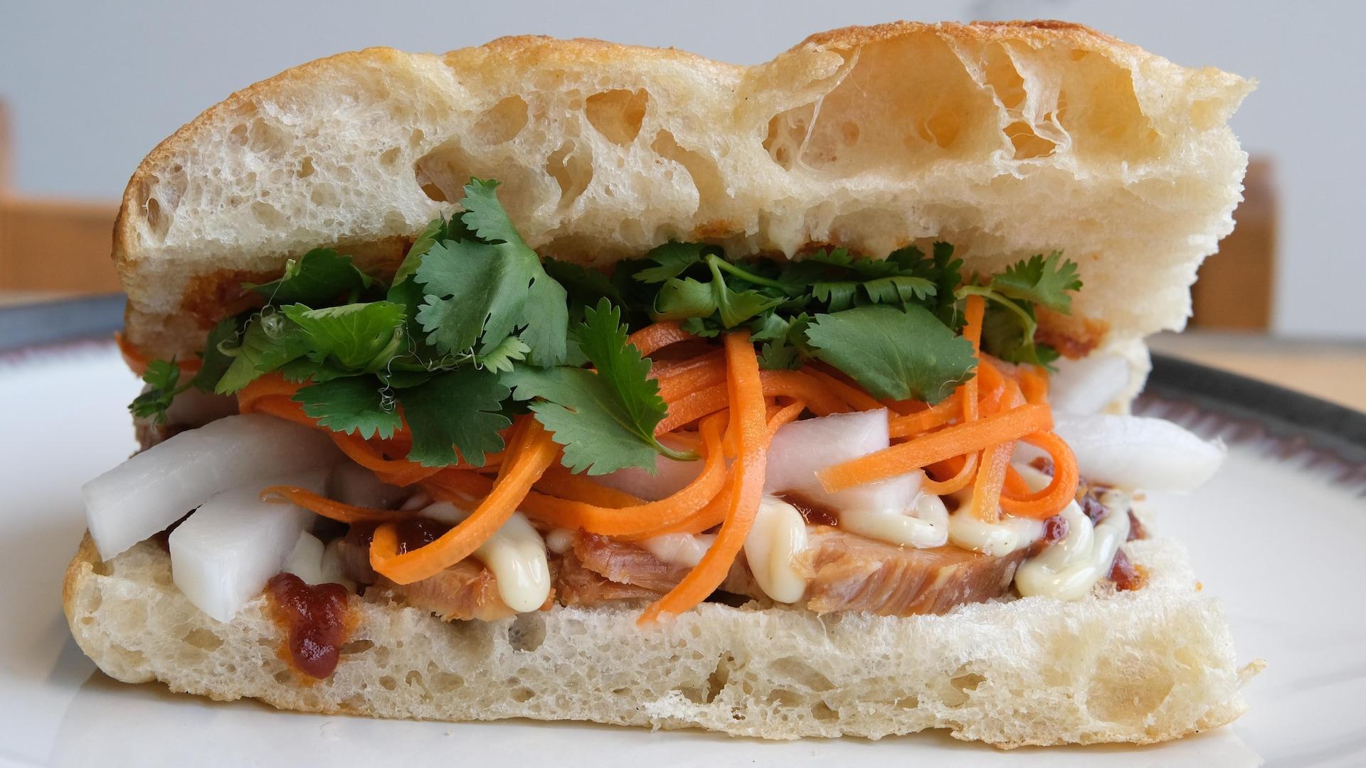 Un sandwich au flanc de porc.