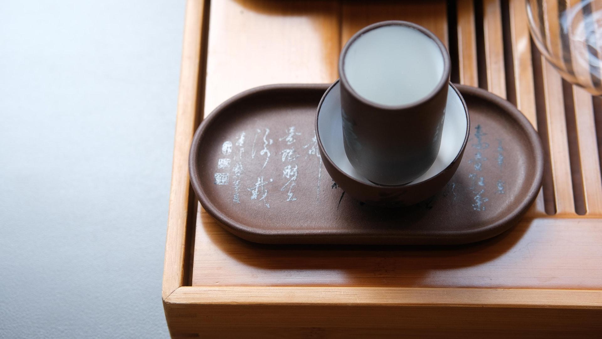Deux minuscules récipients utilisés pour sentir et boire le thé.