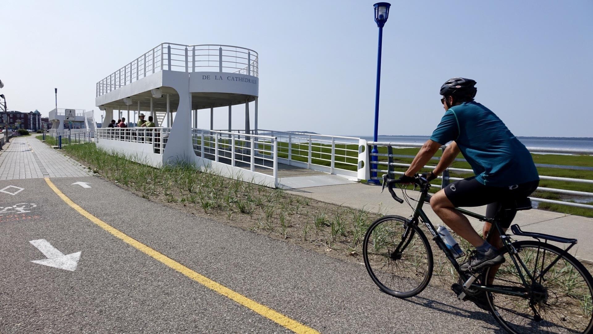 Un cycliste circule sur une piste cyclable à Rimouski.