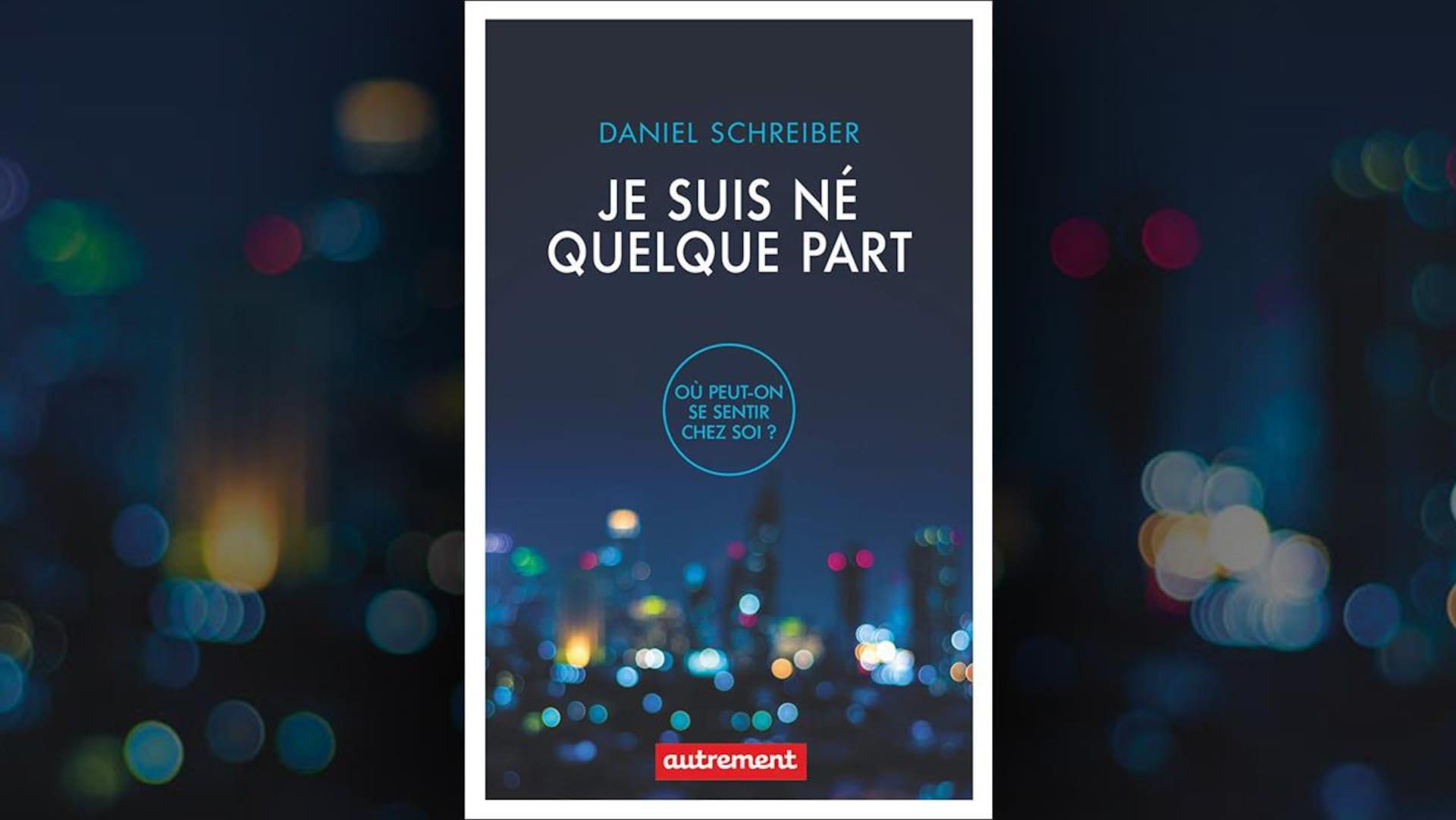 Sur la couverture du livre  Je suis né quelque part , de Daniel Schreiber, on voit en arrière-plan, sous le titre et le sous-titre  Où peut-on se sentir chez soi? , une photo floue de gratte-ciel illuminés.