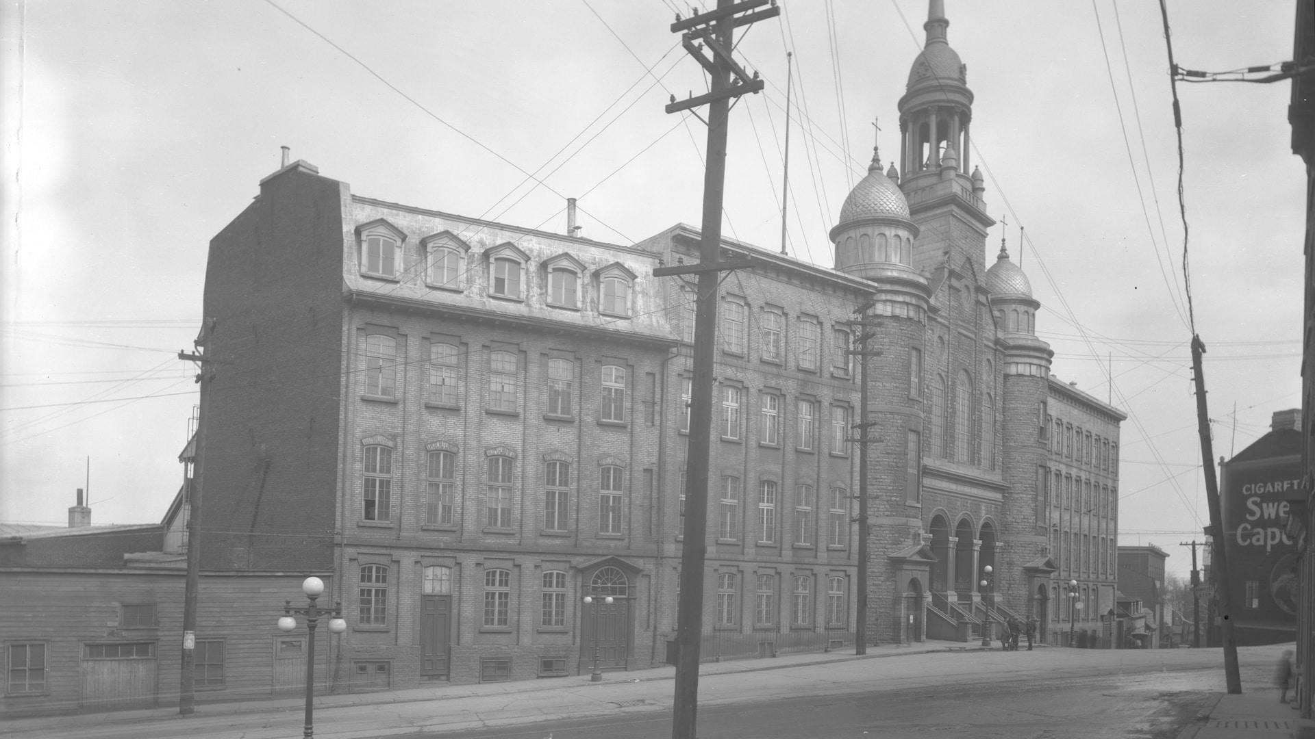 L'église Saint-Vincent-de-Paul est tous ses bâtiments photographiés en 1937. L'ensemble a été complètement rasé et jamais remplacé depuis.