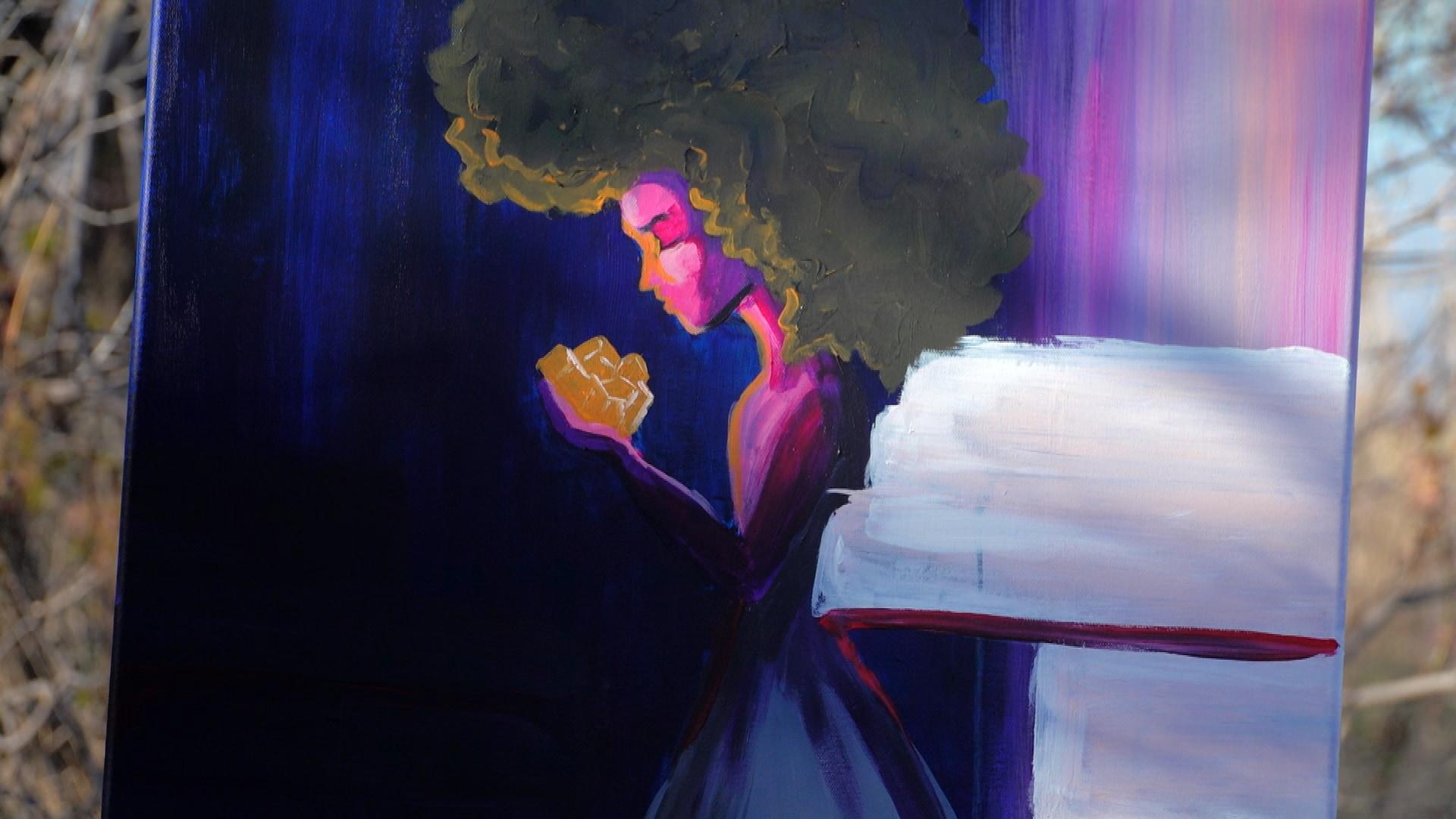 Le tableau de l'artiste visuelle Diana Ntibandetse d'une femme qui tient des objets dorés dans ses mains.