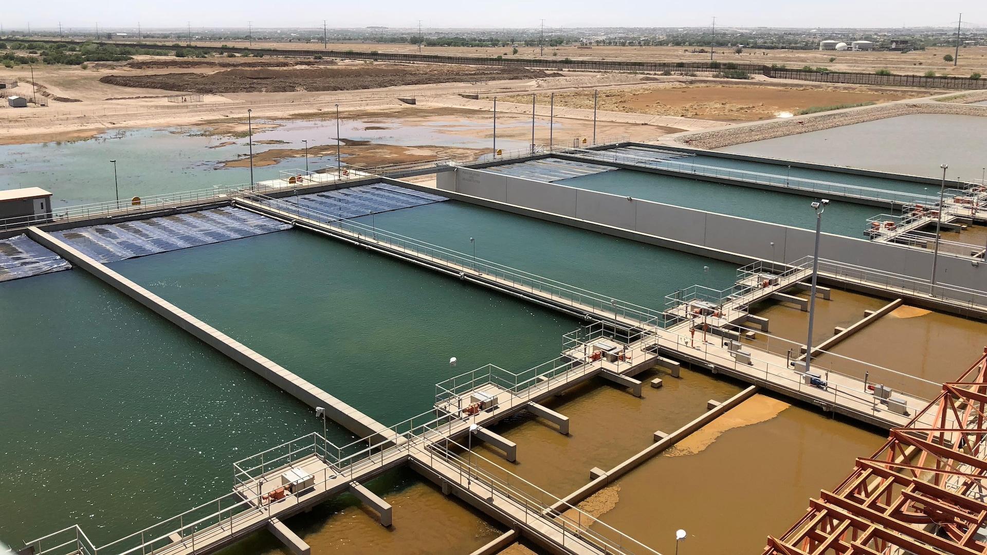 D'immenses bassins à ciel ouvert pour le traitement des eaux.