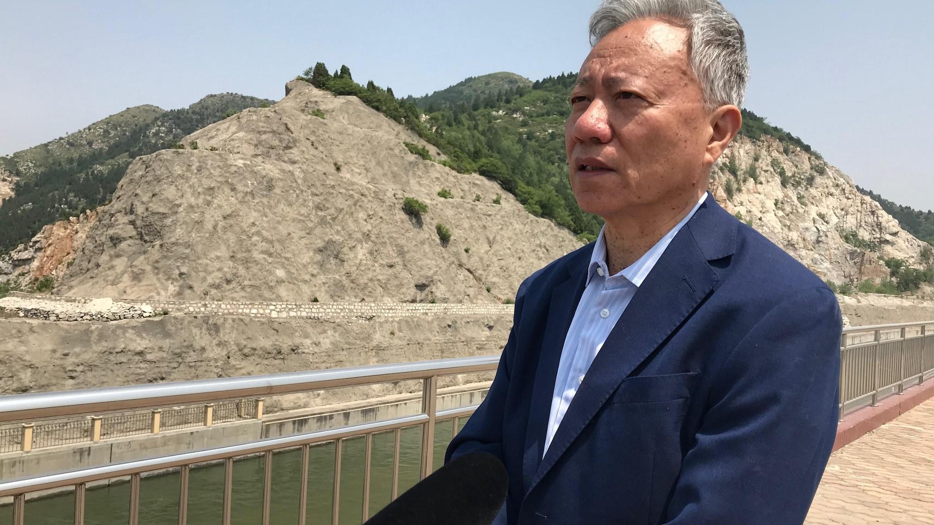 Wang Yisen parle devant un des canaux.