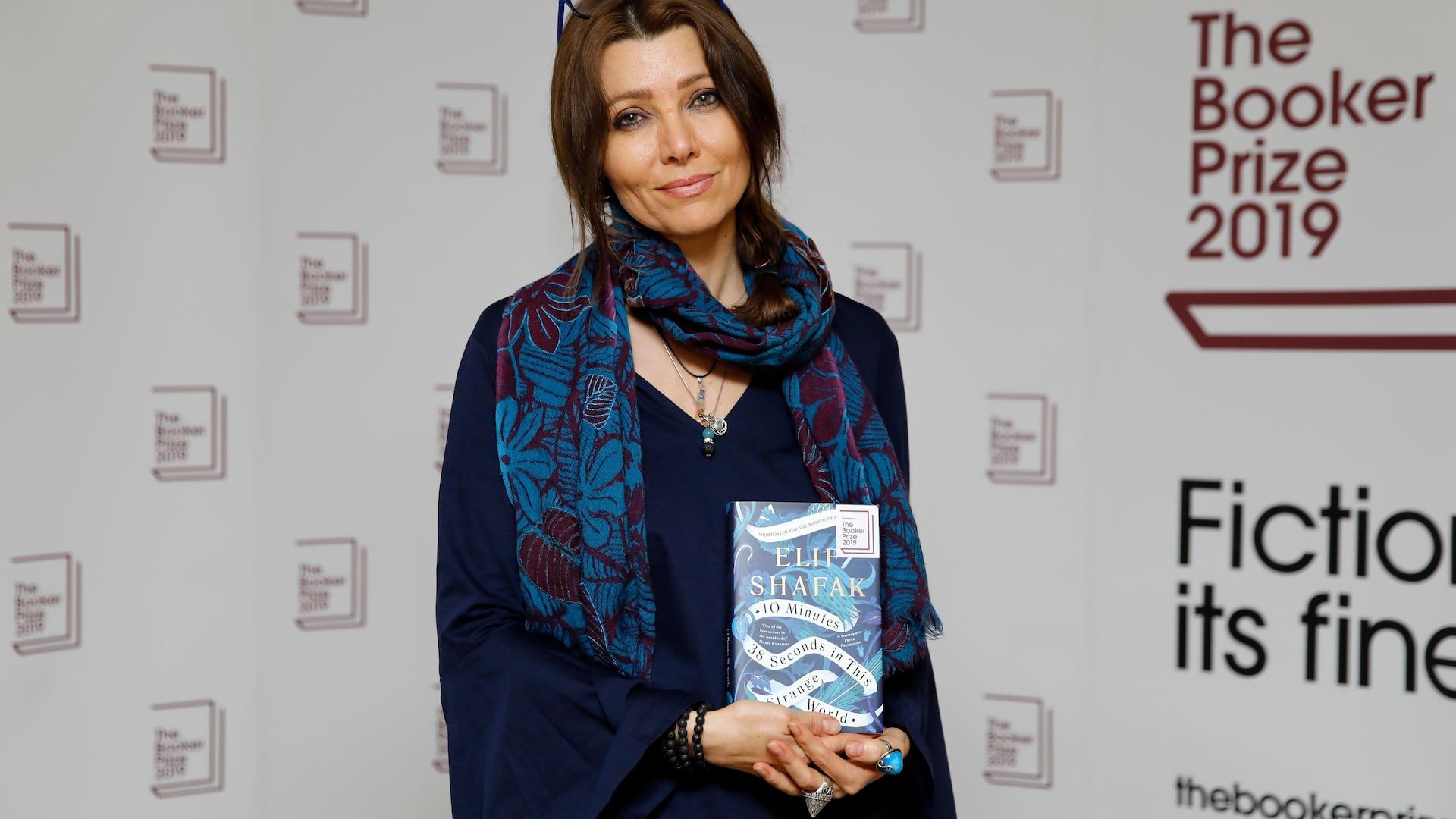 L'autrice pose avec son livre.
