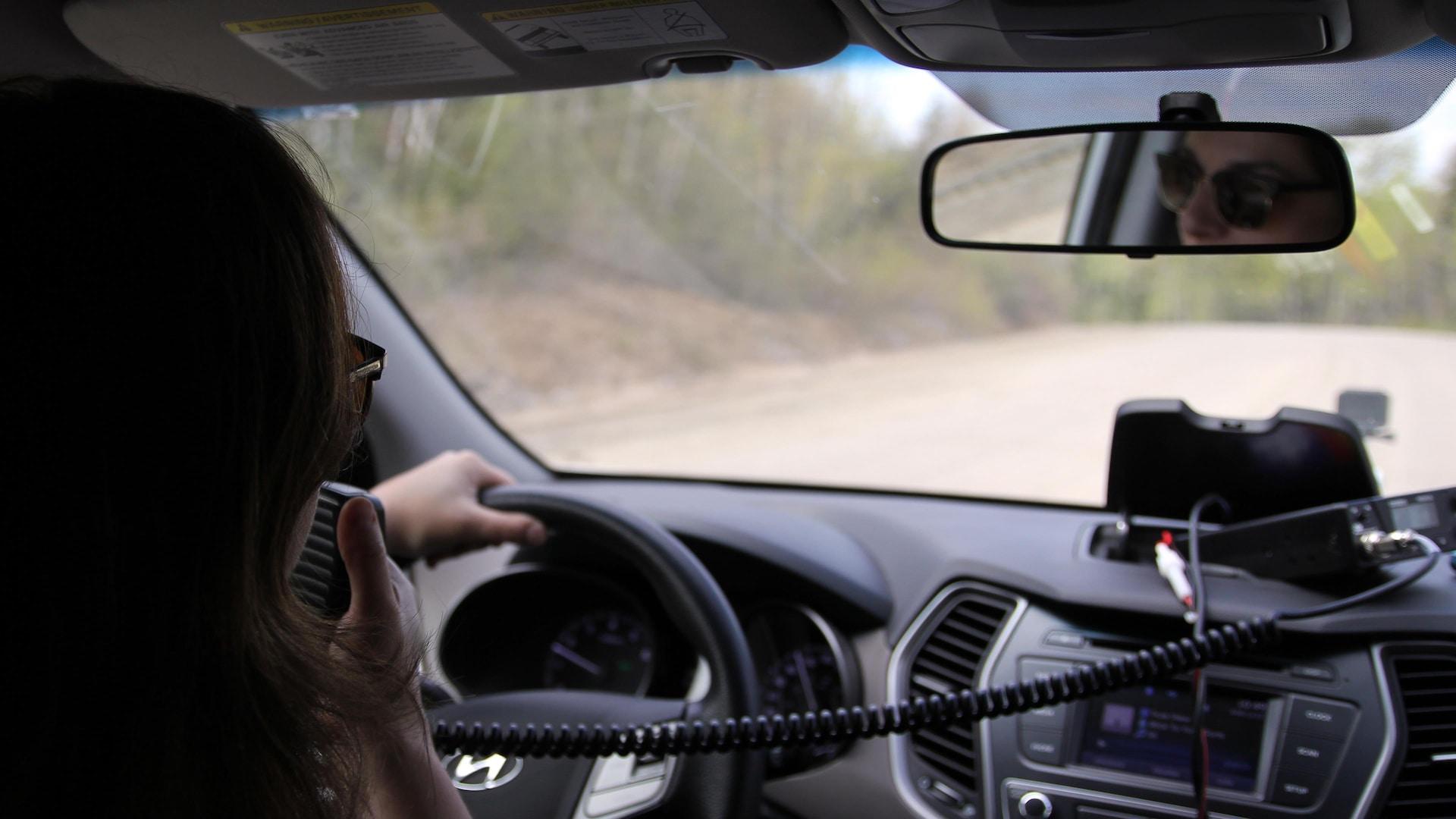 Elyse Allard avec une radio dans les mains