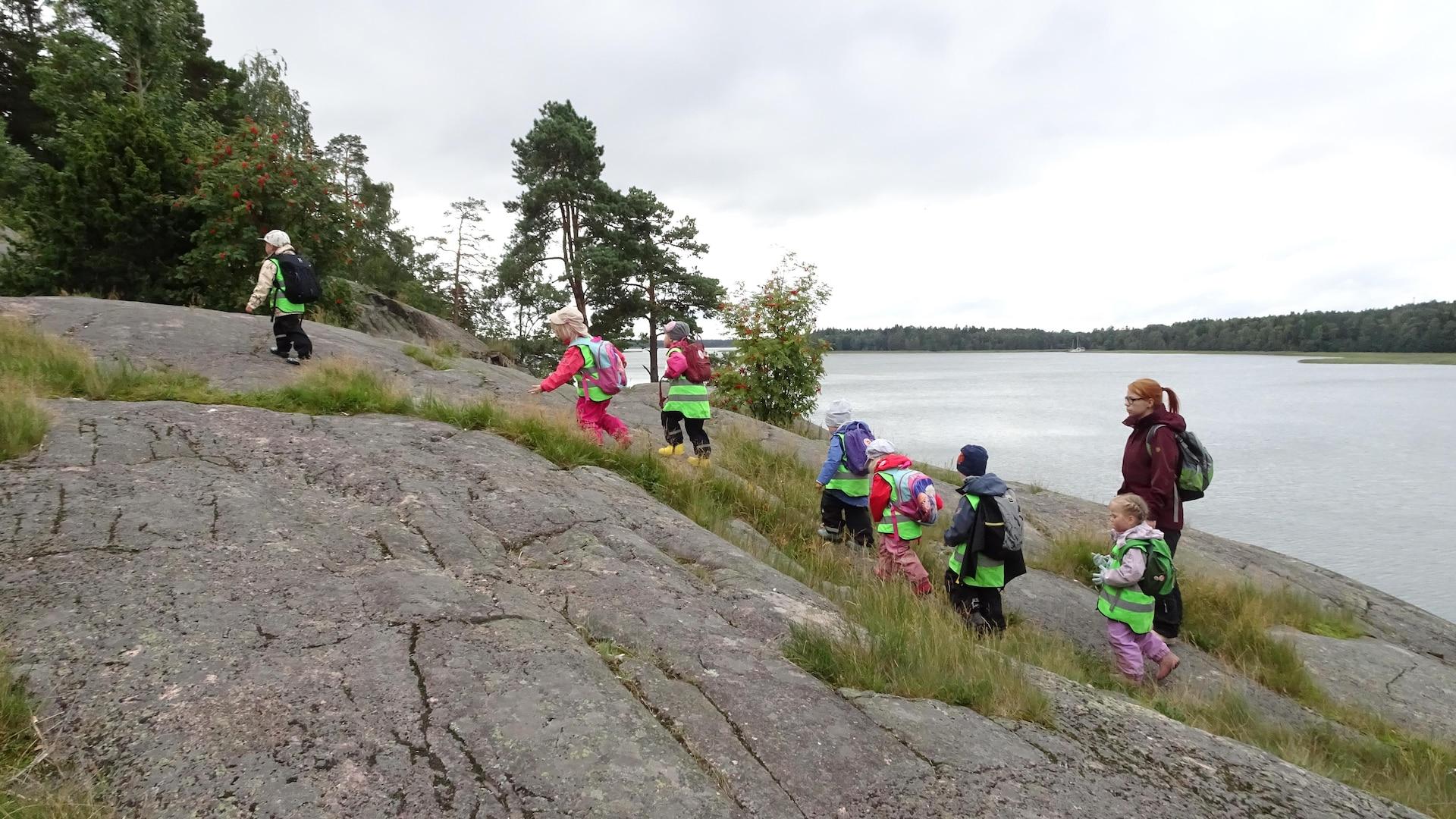 Des enfants marchent dans la nature.