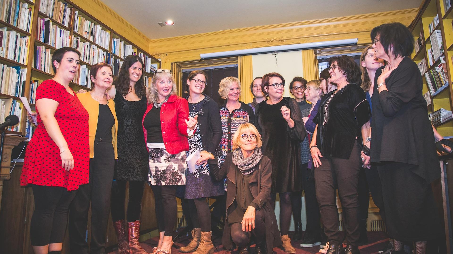 Une partie des 22 auteures québécoises qui ont participé au recueil collectif, dont la directrice de l'ouvrage, Sara Dignard, et Louise Dupré (à gauche).