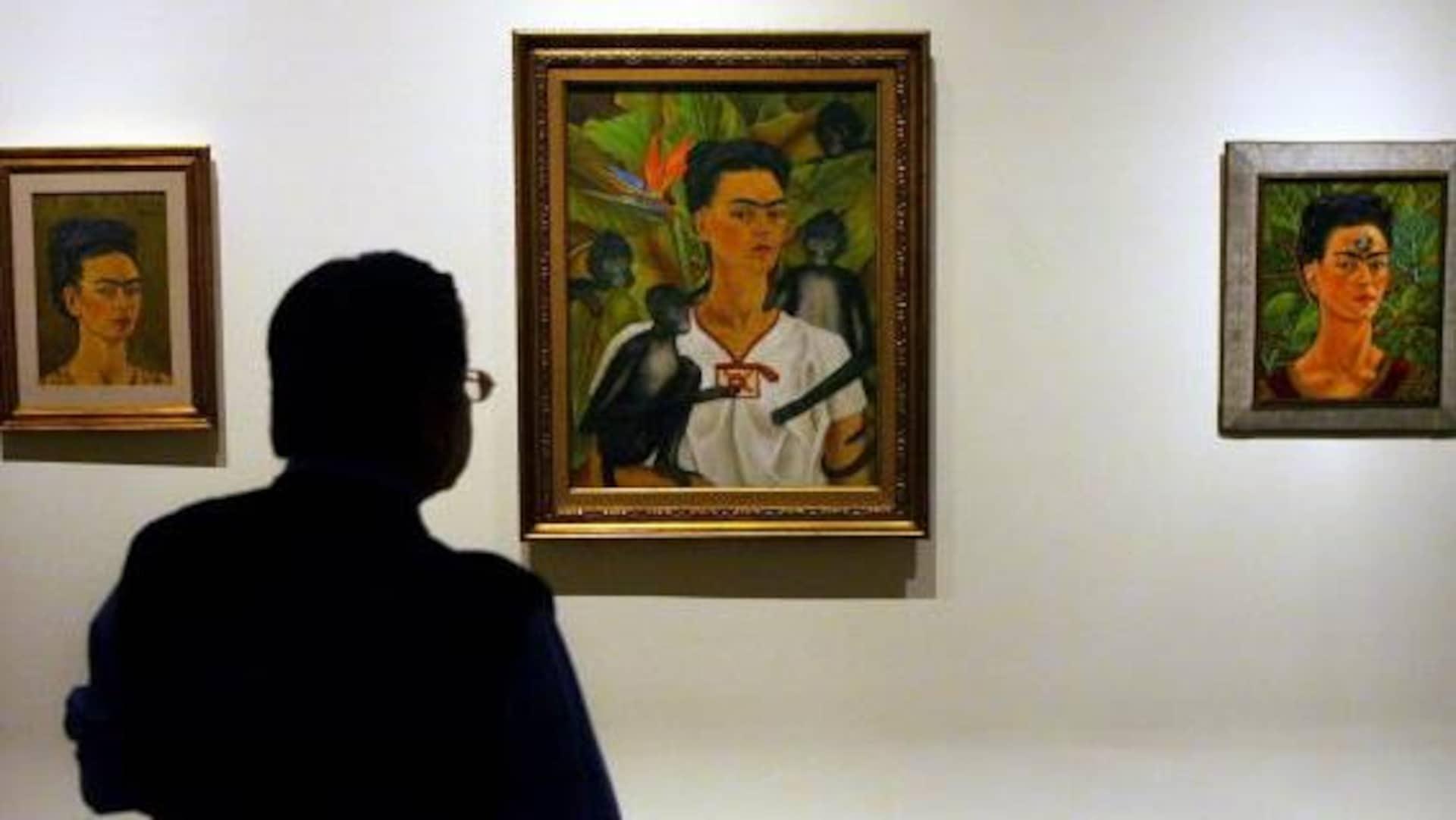 À Mexico, un journaliste regarde des auto-portraits de l'artiste