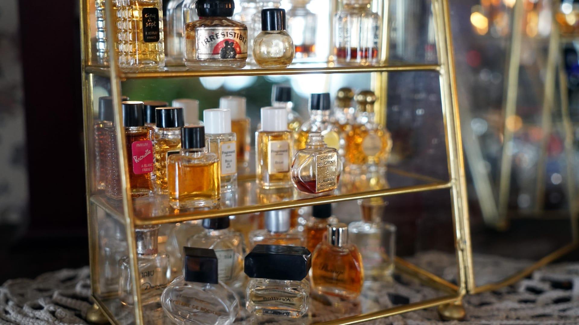 Quelques échantillons des nombreux parfums exposés dans la pièce.