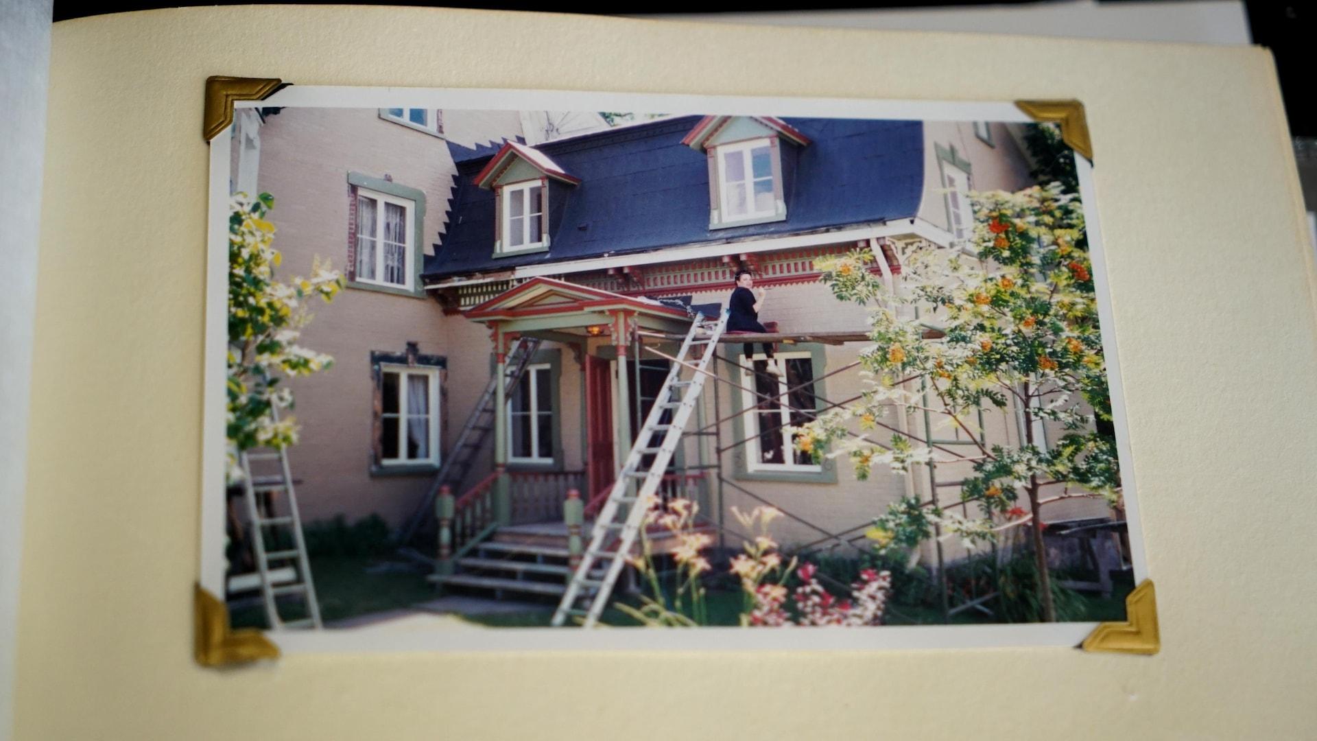 Lynda Clément a peint des décorations de la maison à la main.