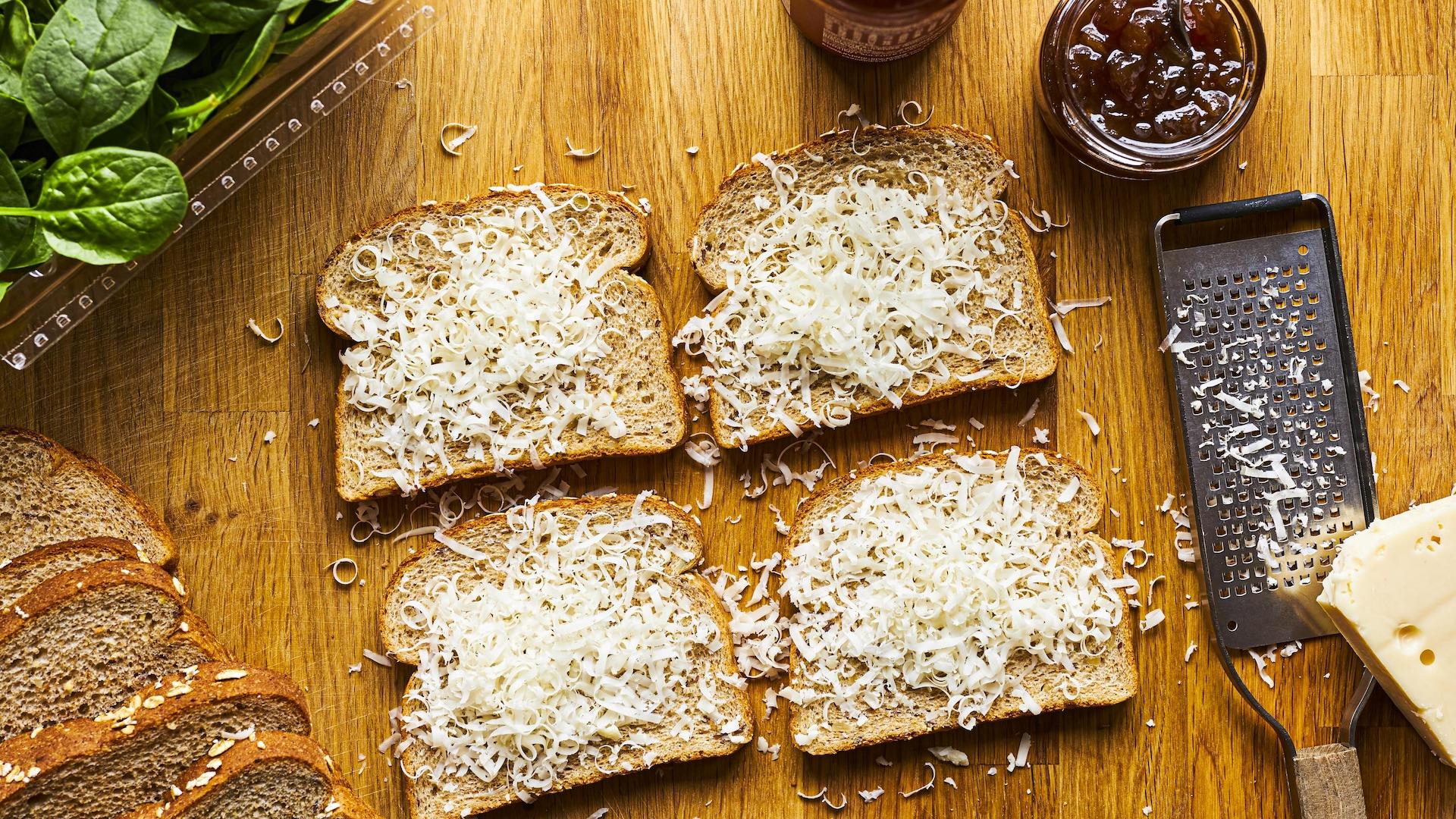 Tranches de pain couvertes de fromage.