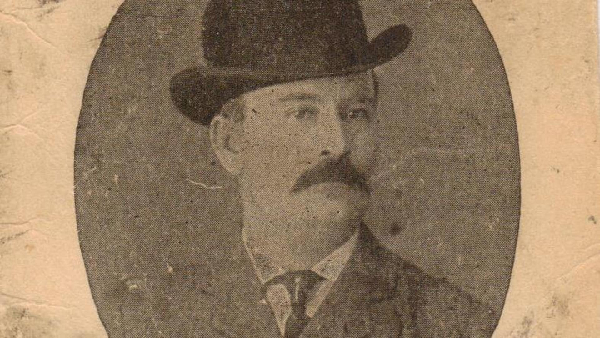 Une publicité du 19e siècle montre un portrait d'un homme moustachu portant un chapeau melon. Sa photo s'affiche dans un médaillon où s'annonce son restaurant, le Hub restaurant, où l'on offrait aussi cigares et boissons.