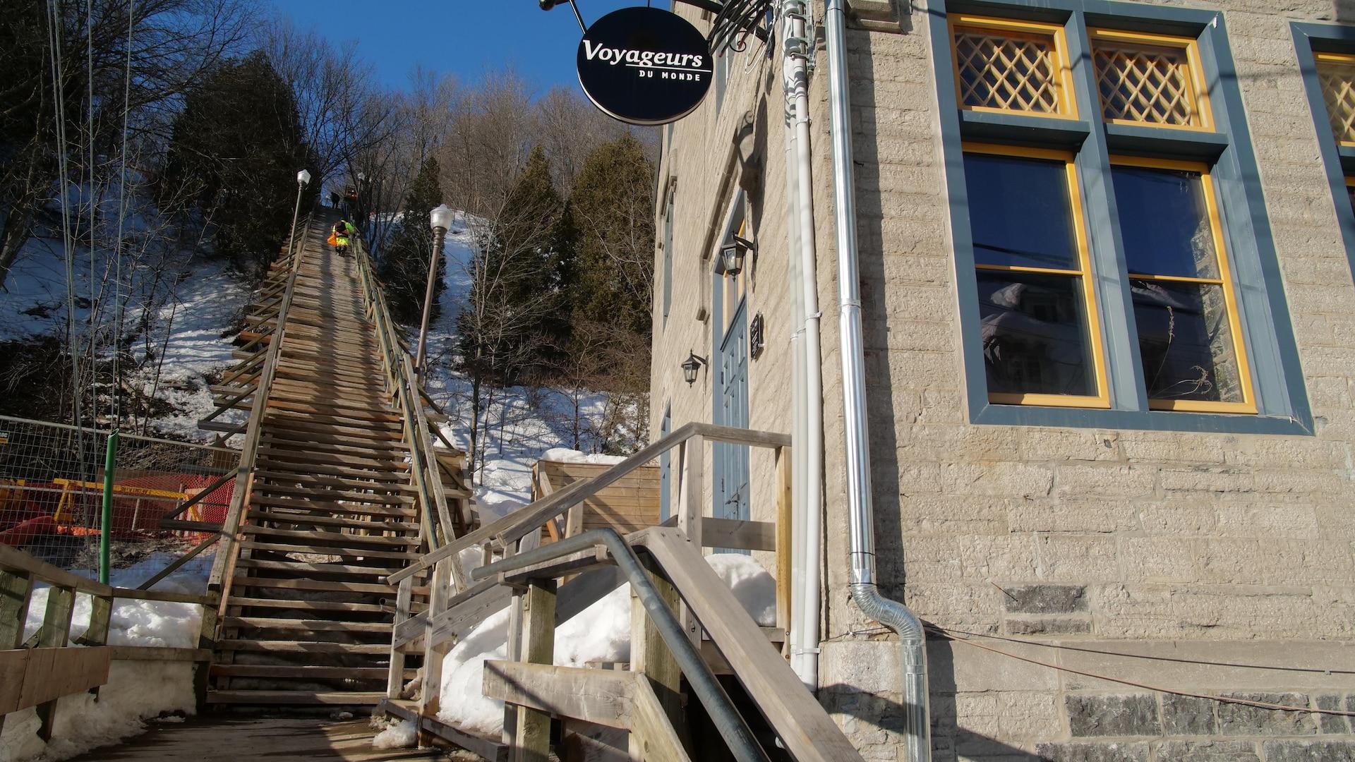Une vue en contre-plongée de l'escalier du Cap-Blanc et de l'école qui se trouvait à côté autrefois et qui a été reconvertie depuis.