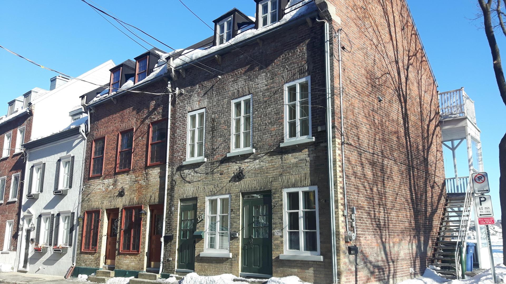 Des maisons de brique affichent des détails rappelant le passé maritime de la rue Champlain, comme des sculpture de bateau ornant les façades.