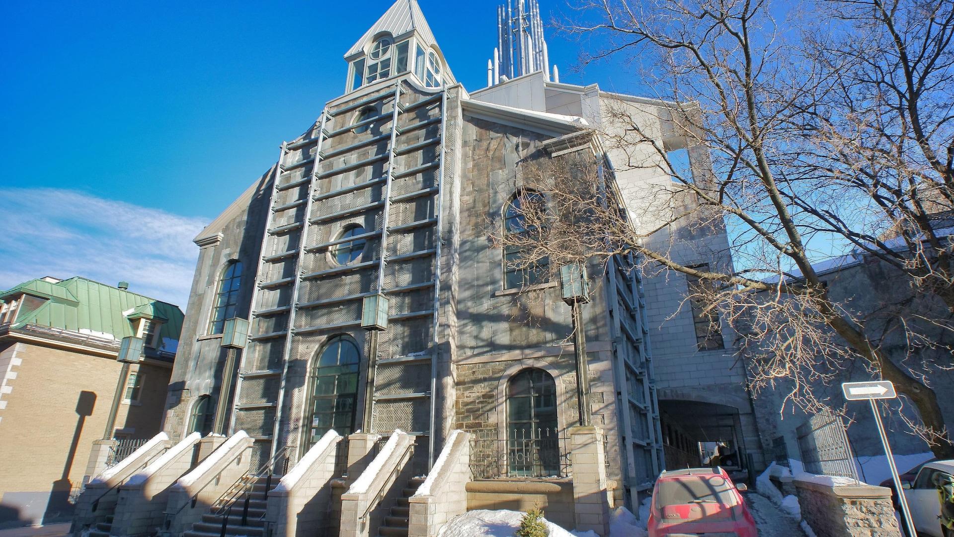 L'ancienne église Saint-Patrick abrite un laboratoire de recherche de l'Hôtel-Dieu aujourd'hui.