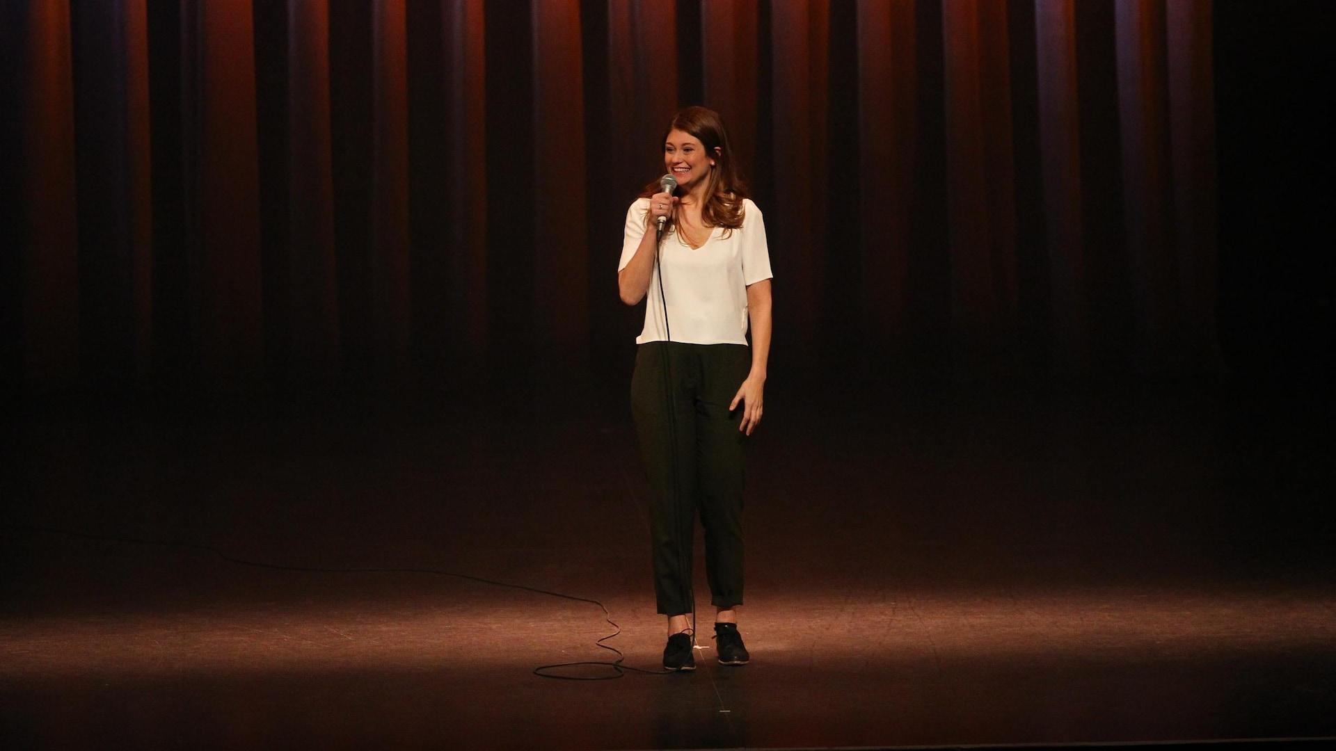 L'humoriste Katherine Levac sur scène.