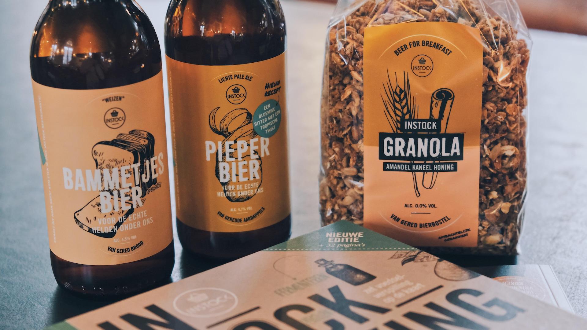 Un sac de granola et des bouteilles de bière