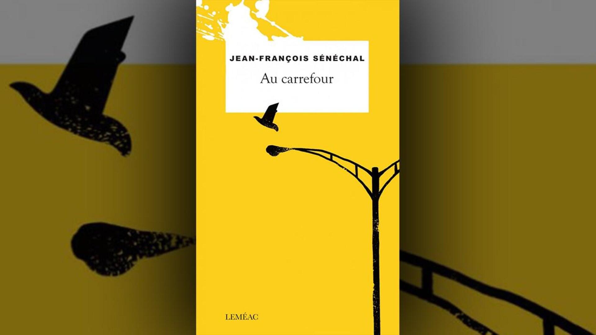 La couverture du livre  Au carrefour , de Jean-François Sénéchal, contient une illustration en noir, sur fond jaune, d'un réverbère et d'une silhouette d'oiseau qui s'envole.