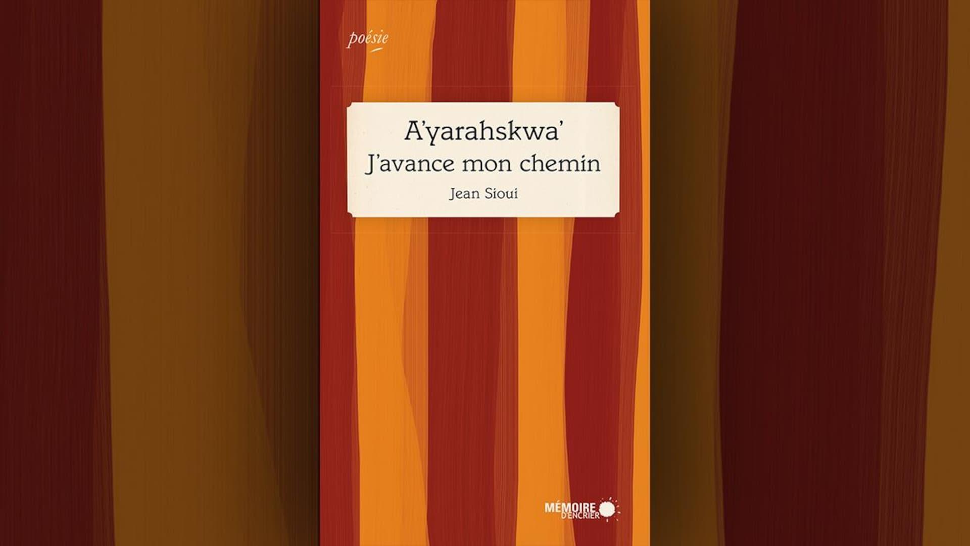 Image de la couverture du livre A'yarahskwa' J'avance mon chemin, de Jean Sioui. Le titre apparaît dans un rectangle blanc sur fond de rayures verticales jaunes et ocre.