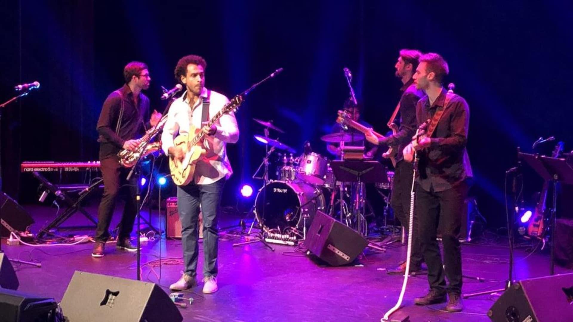 Un groupe de musicien sur une scène.