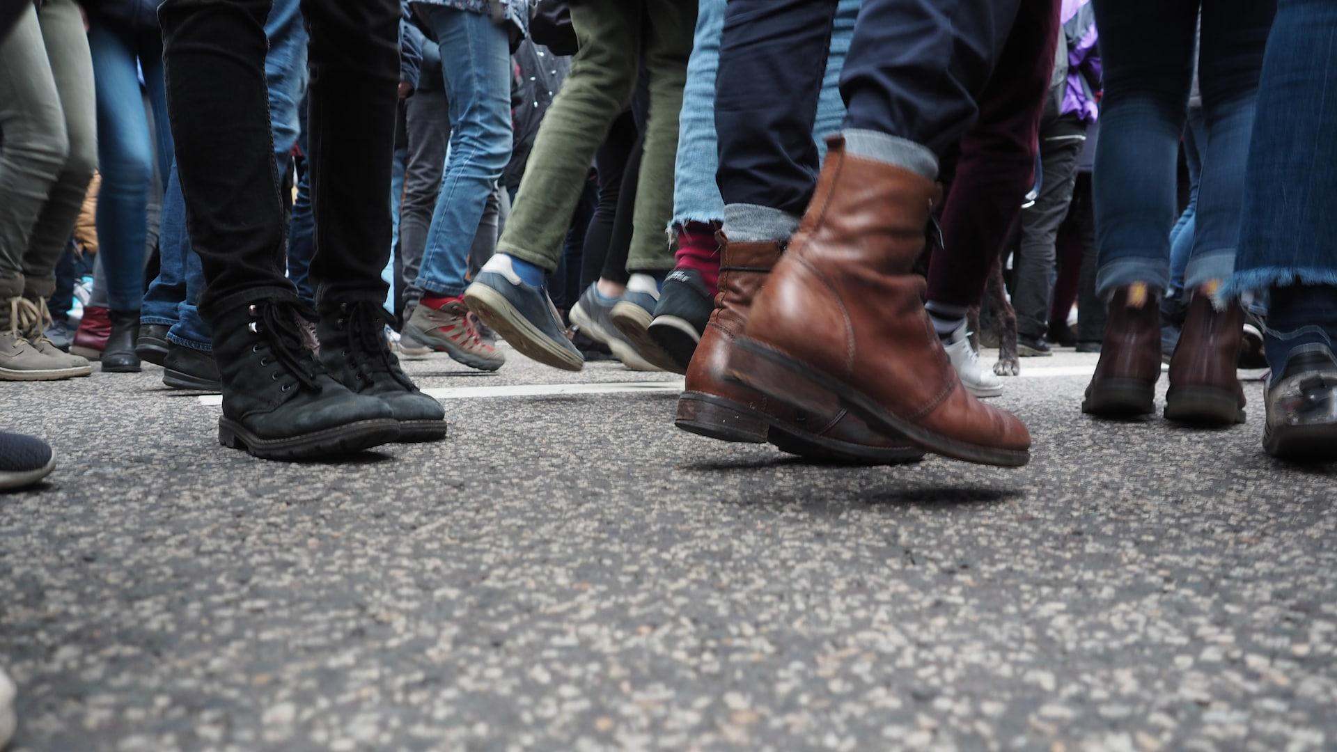 Des pieds chaussés qui sautent sur le pavé