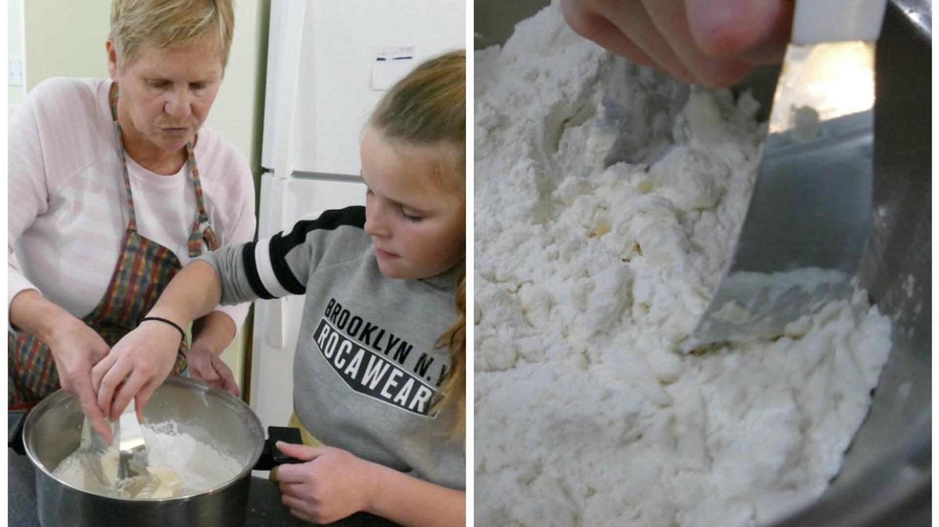 Joanne montre à Abby comment mélanger la farine et le beurre. Gros plan sur le plat avec le coupe-pâte.