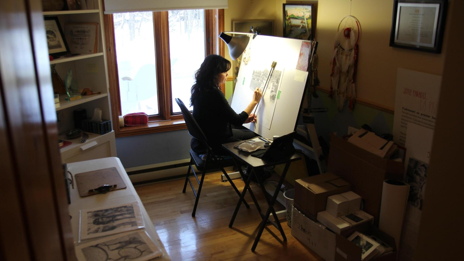 Joyce Panadis dessine dans son atelier.