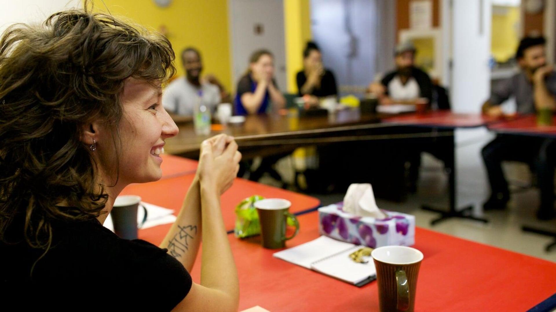 Liliane Pellerin dans une salle de réunion.