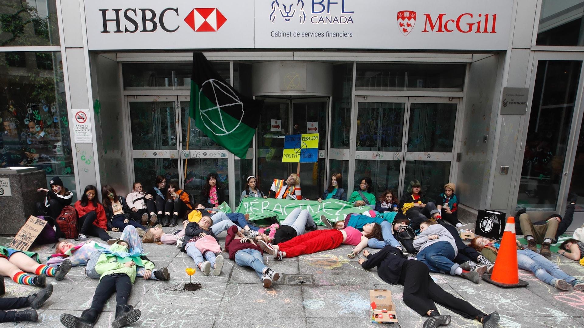 Des étudiants manifestent devant les bureaux du premier ministre à Montréal, le vendredi 17 mai.