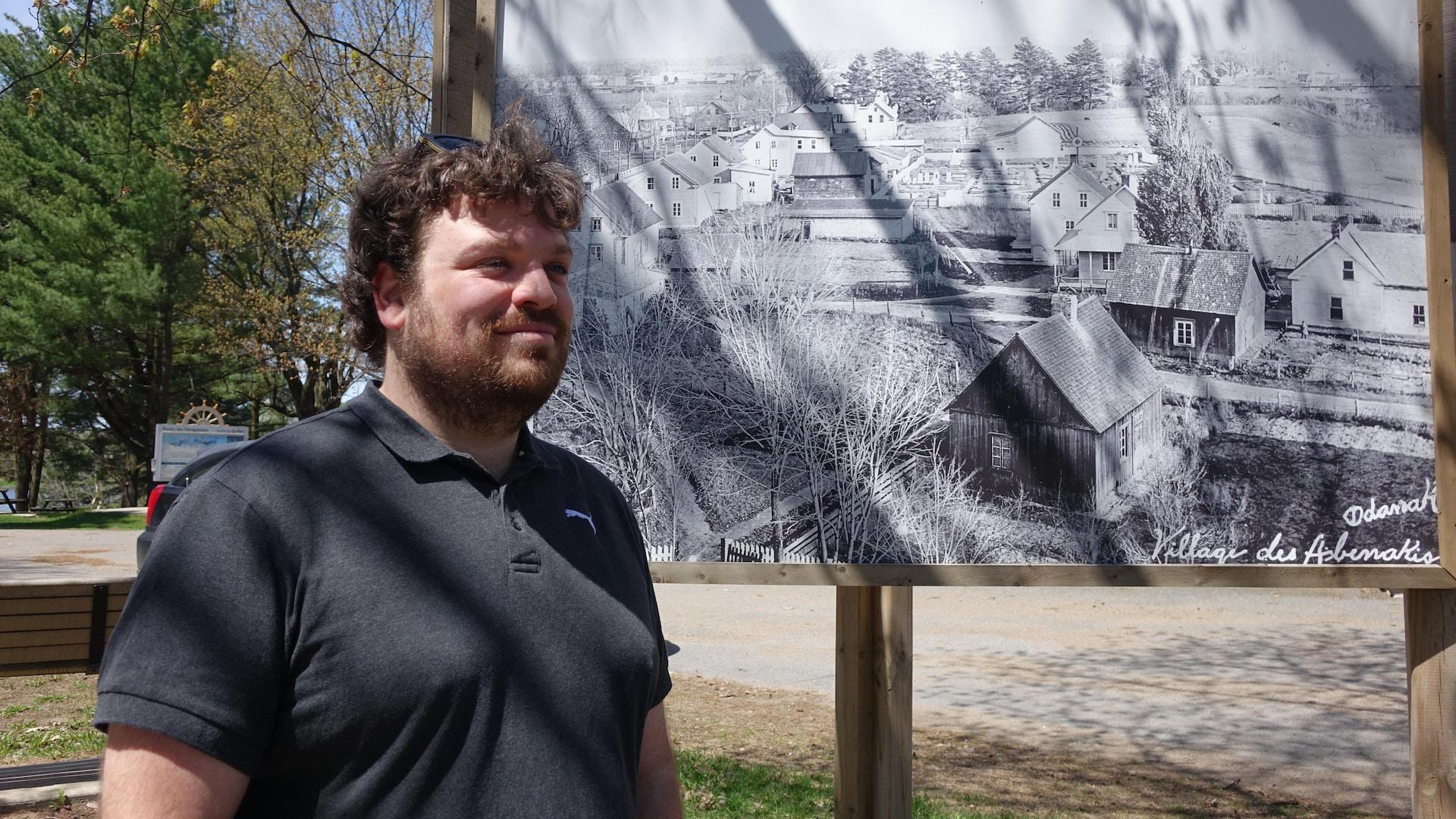 Marc-Olivier devant une image d'archives d'Odanak