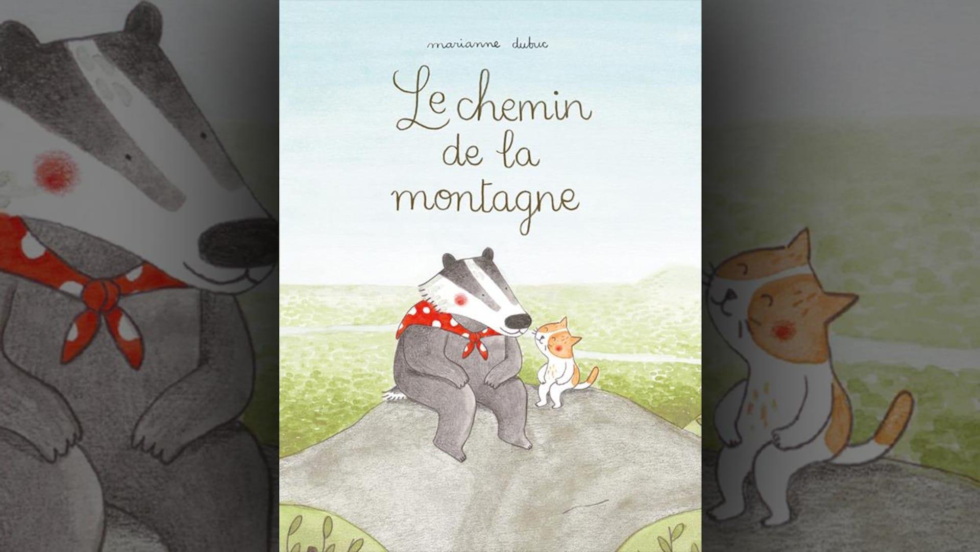 La couverture du livre  Le chemin de la montagne  de Marianne Dubuc est une illustration représentant un blaireau et un chat assis côte à côte sur une colline. Le titre est écrit en lettres cursives.