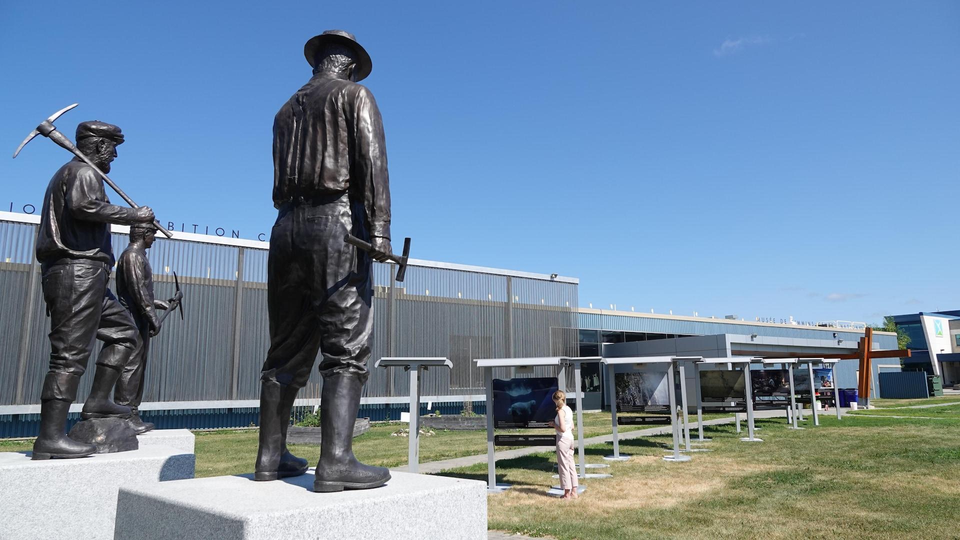 Les trois sculptures des mineurs regardent l'exposition.