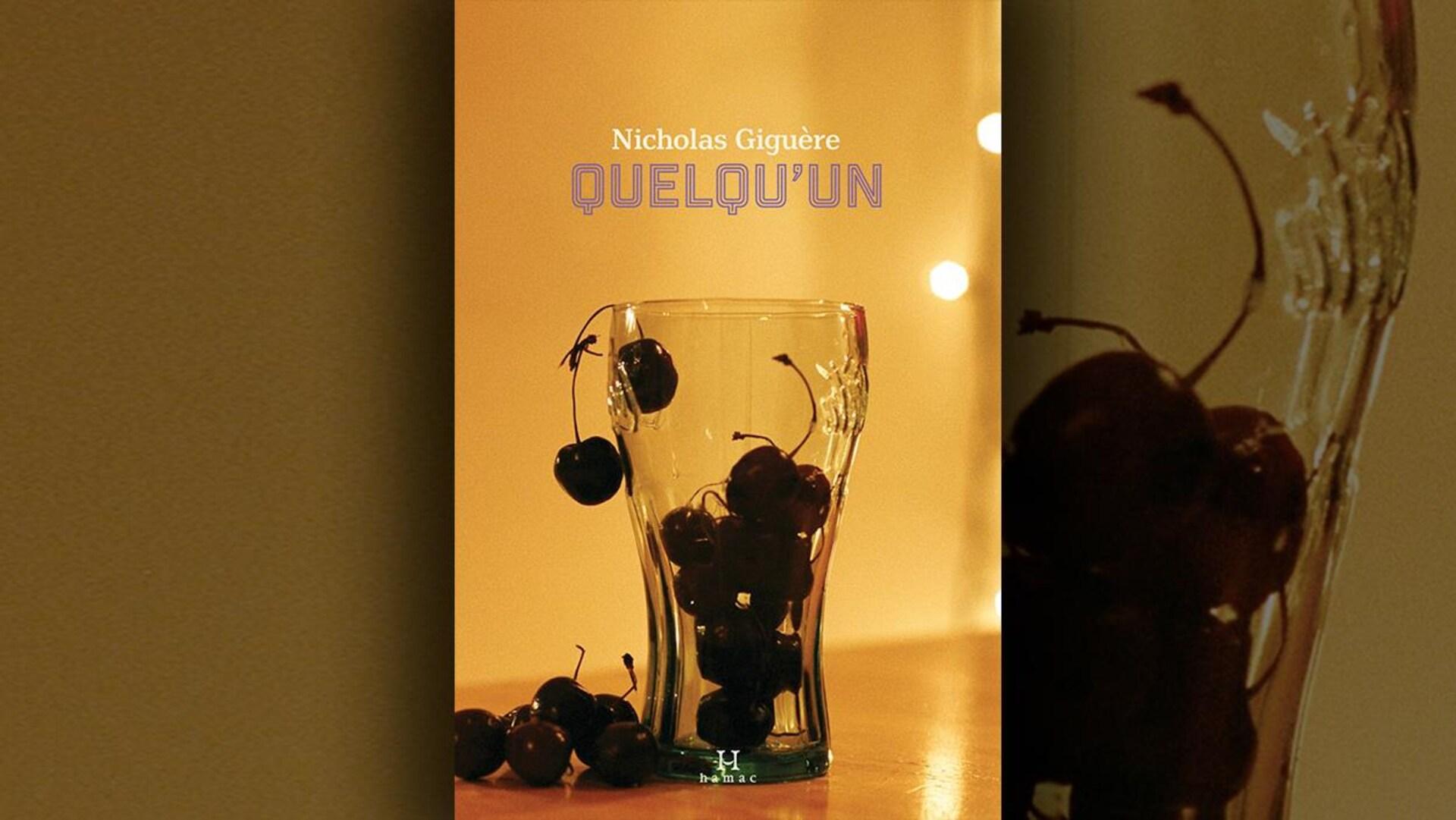 La couverture du livre «Quelqu'un» de Nicholas Giguère présente un verre vide rempli de cerises, avec quelques cerises posées à côté.
