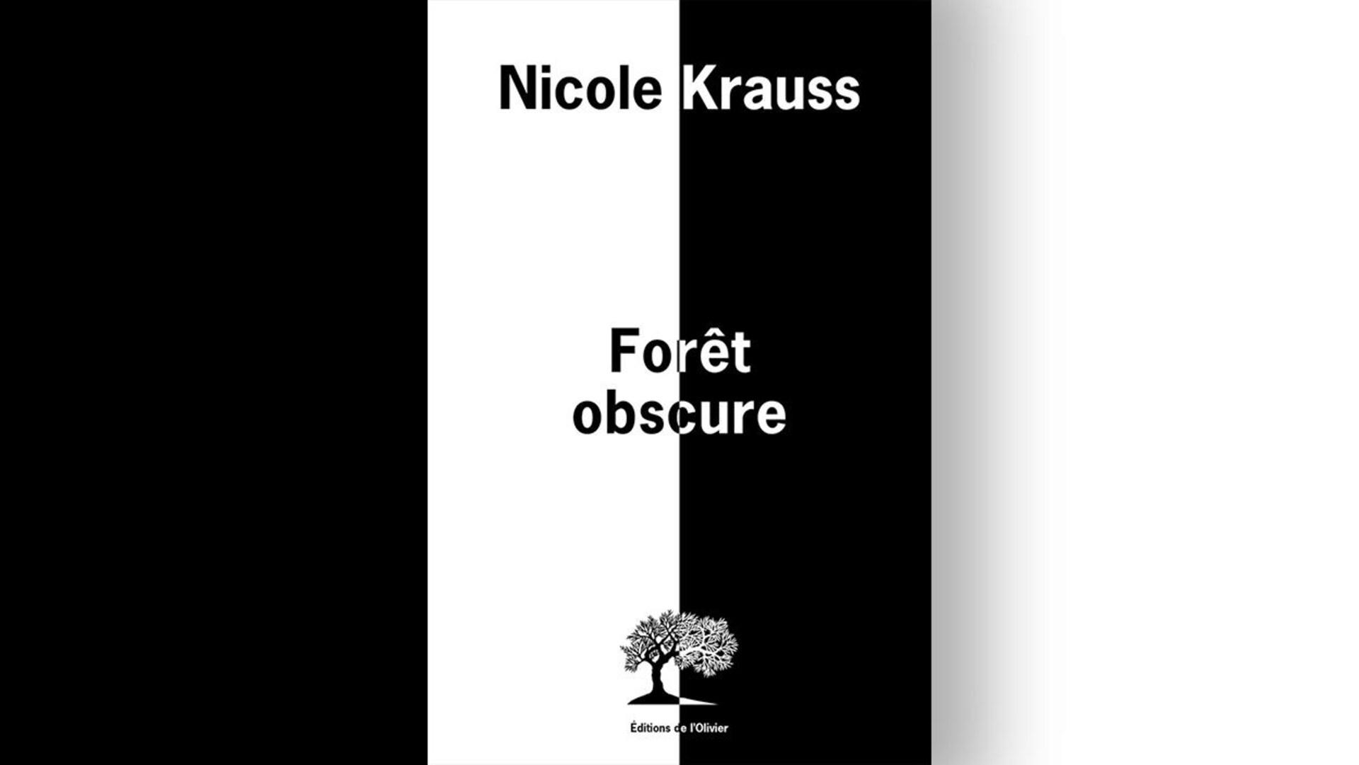 La couverture du livre «Forêt obscure» de Nicole Krauss est noire et blanche et séparée en deux à la verticale. À gauche, la moitié du nom de l'auteure, du titre et de la maison d'édition (logo et nom) est en noir sur fond blanc, et à droite, en blanc sur fond noir.