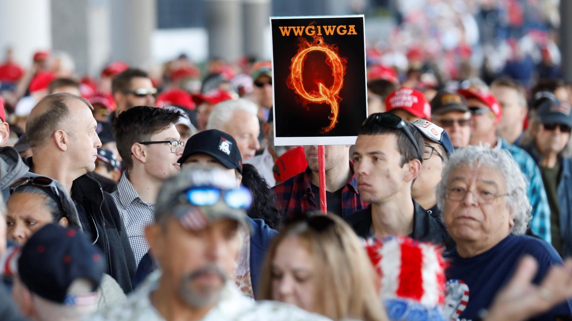 Un partisan de QAnon lors d'un rallye en soutient au président Trump, à Las Vegas, le 21 février 2020