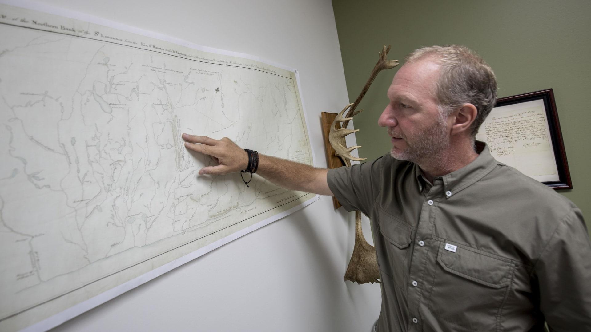 Louis Lesage montre des toponymes hurons-wendats sur une carte dessinée il y a près de 200 ans.