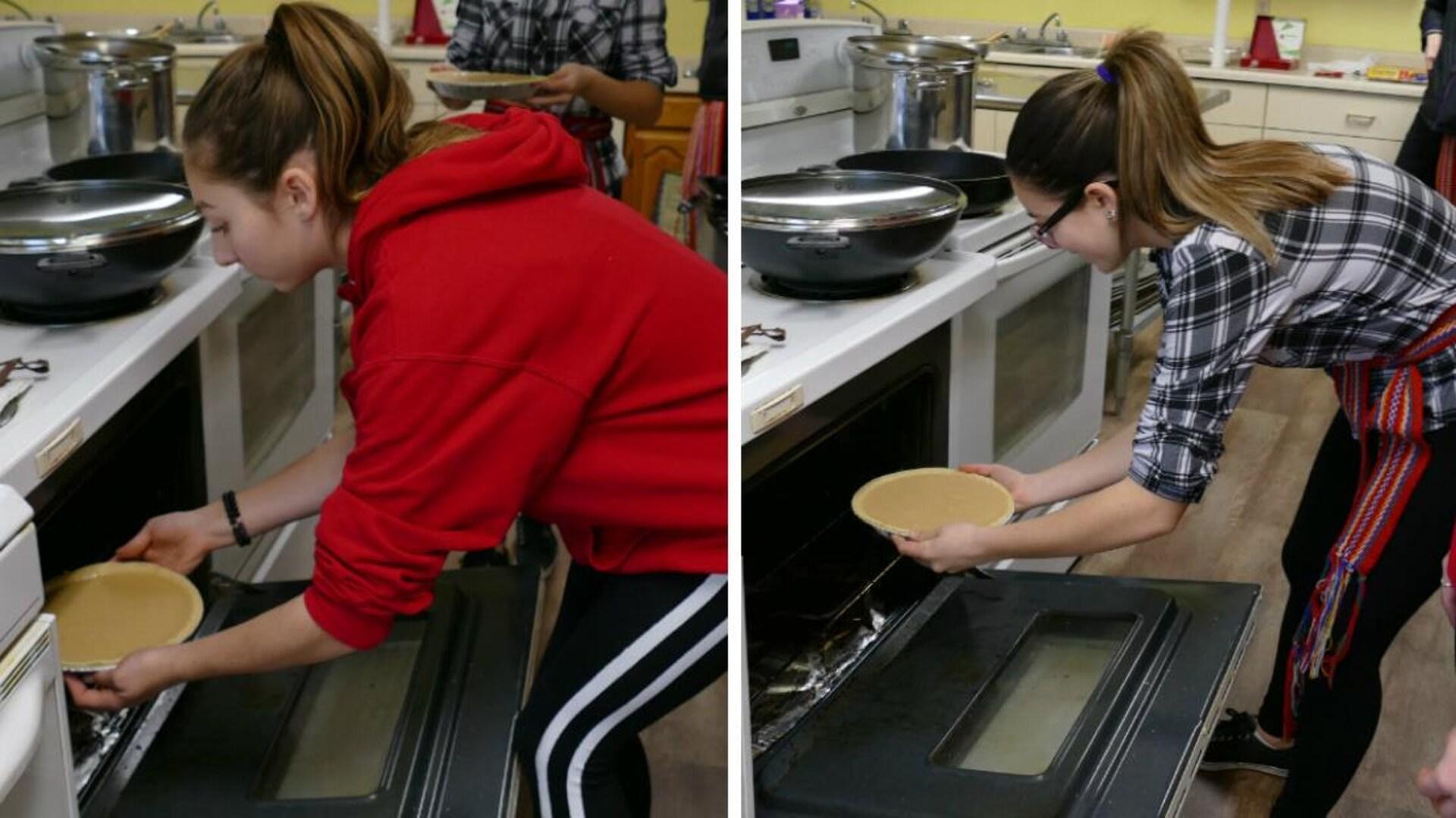 Paris et Perle déposent les tartes dans le four pour les faire cuire.