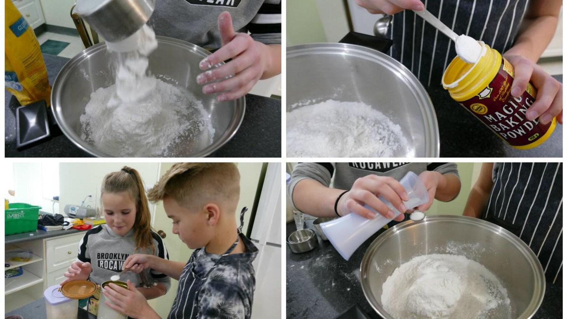 Noah et Abby préparent la pâte à galette avec la farine, le sel le sucre et la poudre à pâte.