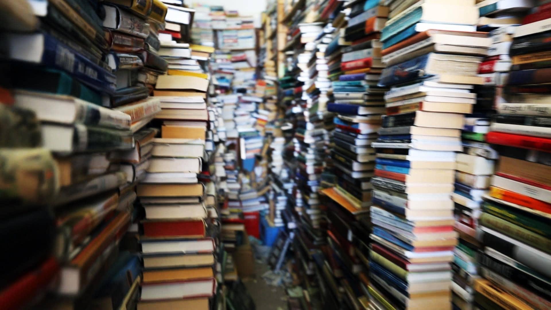 Un des rayons de la librairie où l'on peut voir des milliers de livres qui se rendent jusqu'au plafond.