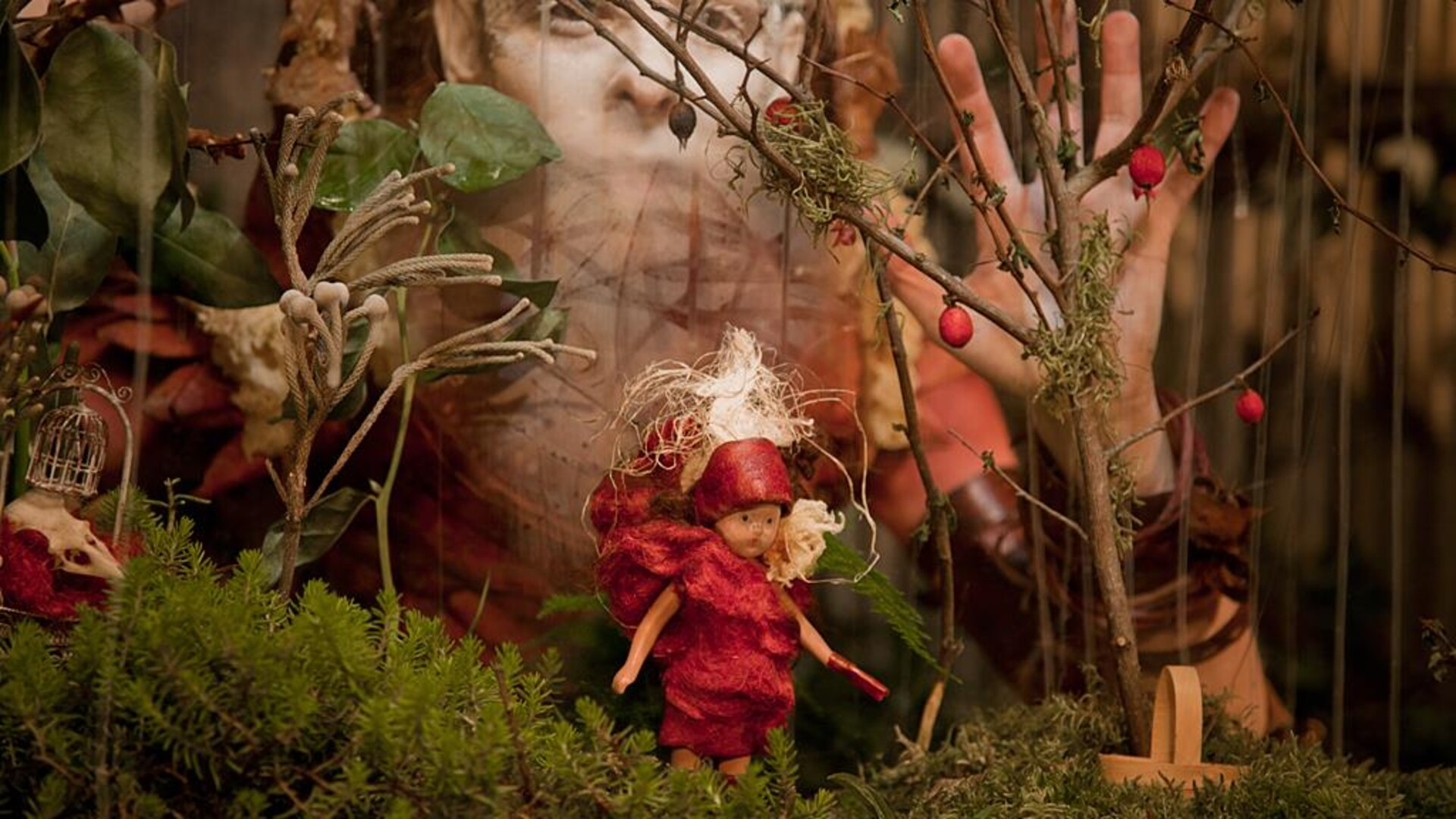 Photographie du personnage de Perséphone créé par Nicole Dextras entouré de matières naturelles.