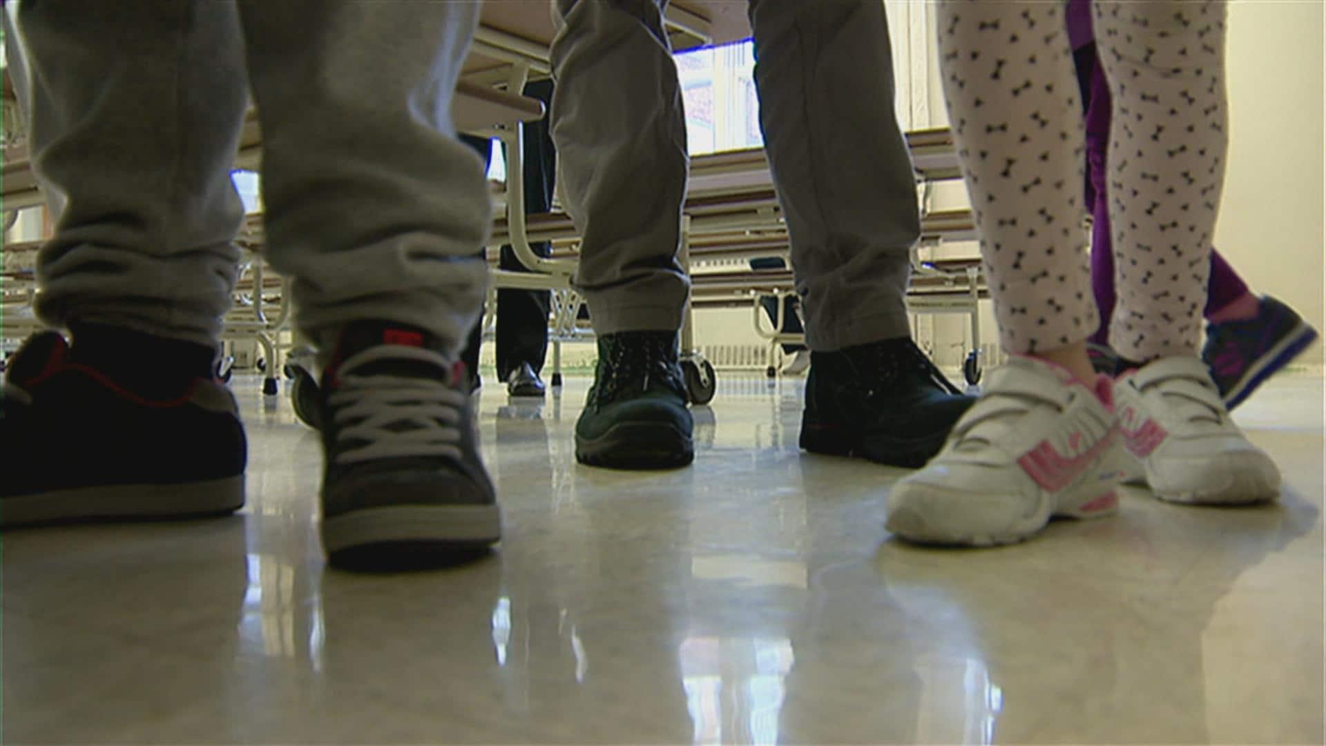 Plusieurs pieds d'élèves dans une école francophone.
