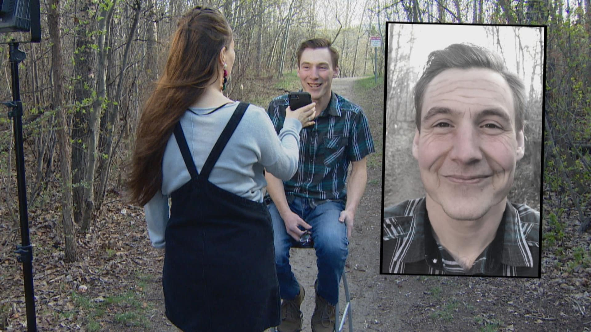 Une femme montre un téléphone cellulaire à un homme, dans la forêt.