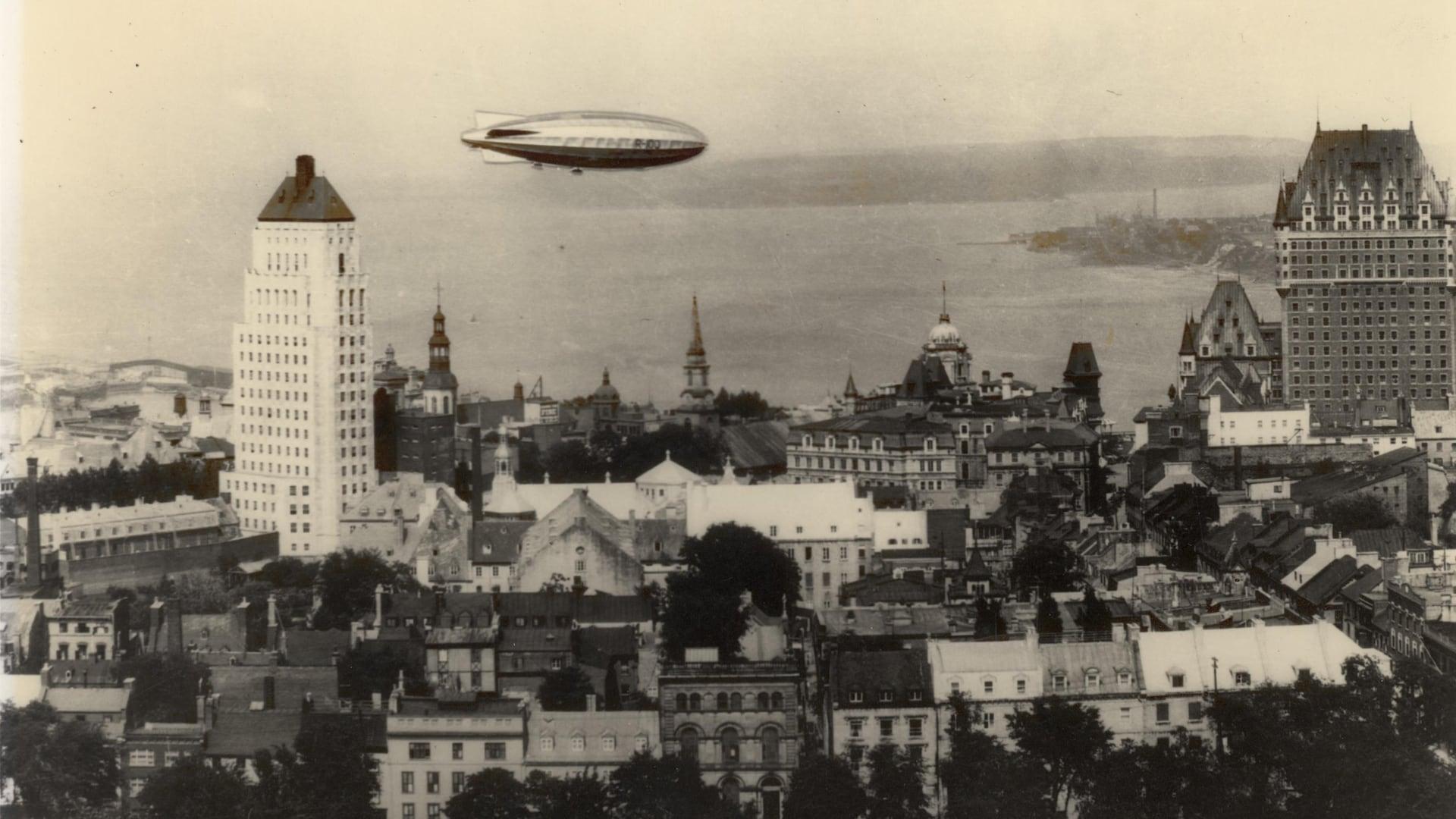 Le R-100 passe majestueusement au-dessus de l'édifice Price et du Château Frontenac en survolant Québec.